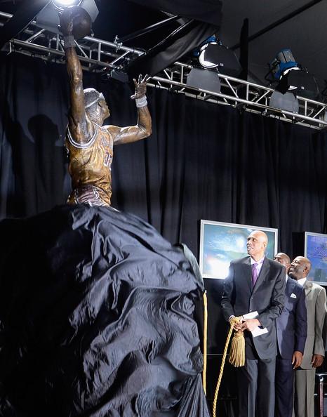 Kareem+Abdul+Jabbar+Kareem+Abdul+Jabbar+Statue+Xm5o-Dj2UUhl