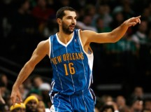 Peja Stojakovic makes a Chinese New Year present to a fan