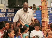 Former NBA player Adonal Foyle reads to Vallejo school kids (PHOTO)