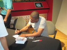 Muggsy Bogues meets fans at NBA Hall of Fame weekend – PHOTOS