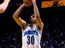 Former NBA sharpshooter Dell Curry takes on his own son in P-I-G game – VIDEO