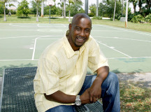 Former NBA star Kenny Anderson tours youth center, talks to youngsters
