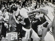 1966-67: rare footage of Willis Reed fighting entire Lakers bench (VIDEO)