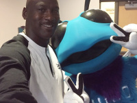 Michael Jordan invades Twitter, photobombs his own employee (PHOTOS)