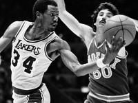 Former NBA LA Lakers champion spends time teaching kids