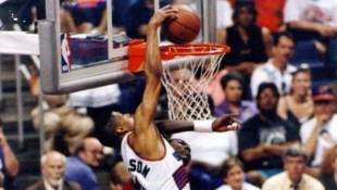 WATCH: Kevin Johnson's historic one-handed dunk on Olajuwon (1994 WCSF)