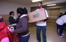 Ex-NBA player helps distribute Thanksgiving food