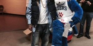 Allen Iverson befriends Sixers' new mascot, Franklin - PHOTOS